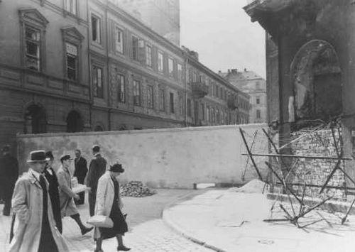 http://viajeaeuropadeleste.com/wp-content/uploads/2009/08/ciudadanos-polacos-caminan-al-lado-de-una-seccion-de-la-pared-que-separa-el-ghetto-de-varsovia-del-resto-de-la-ciudad.jpg